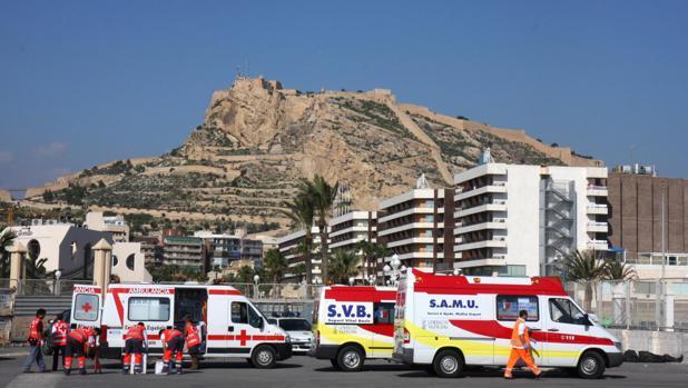 Imagen de archivo de unas ambulancias en el puerto de Alicante