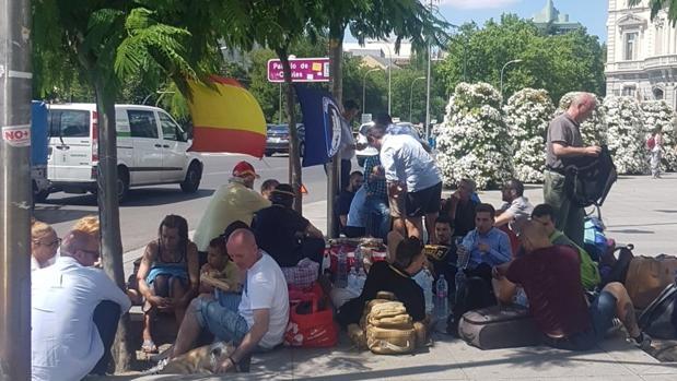 Acamapada de miembros del Hogar Social Madrid frente al Ayuntamiento de Madrid