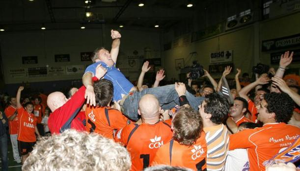 El Lábaro Toledo estuvo dos años en la Liga Asobal de balonmano. En la imagen celebra su ascenso en 2009