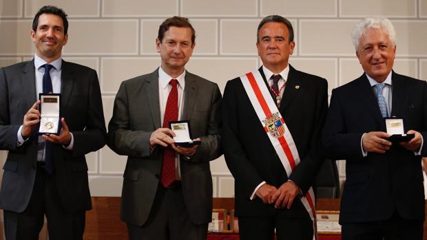 El presidente de la DPZ, Sánchez Quero, con los galardonados este año con las Medallas de Santa Isabel