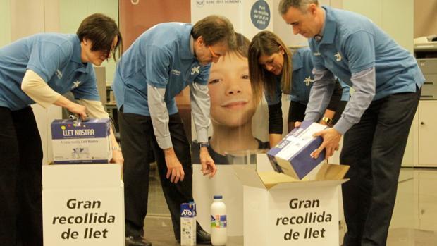 Voluntarios de la obra social en una campaña de recogida de leche
