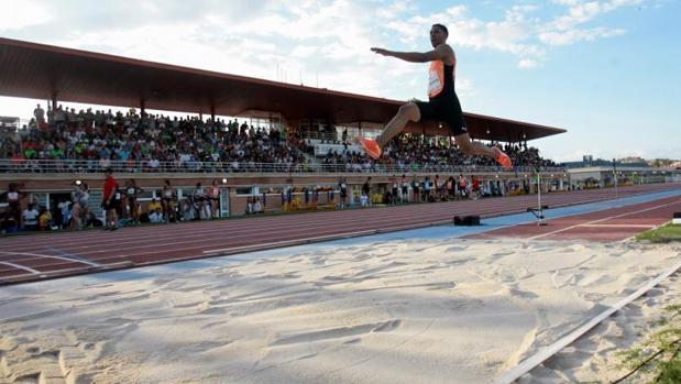Juan Miguel Echevarría se eleva sobre el foso de las pistas de atletismo de la Fuente de la Niña en Guadalajara