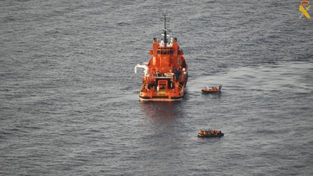 Fotografías facilitadas por la Guardia Civil y realizadas desde el avión Cuco 502 que alertó, esta madrugada, del avistamiento de tres embarcaciones localizadas en el mar de Alborán