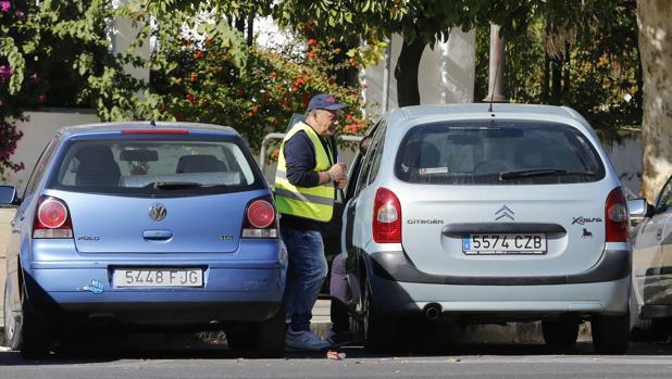 El hombre ejerce como gorrilla en un aparcamiento de Lugo