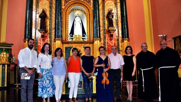 La violinista jienense posa con la directora del Festival, Consuelo Díez, varios concejales y los padres franciscanos