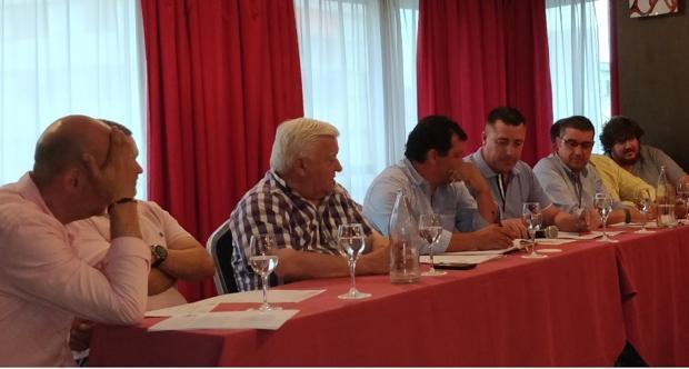 El presidente del CF Talavera, José Antonio Dorado, con su junta directiva en la asamblea general