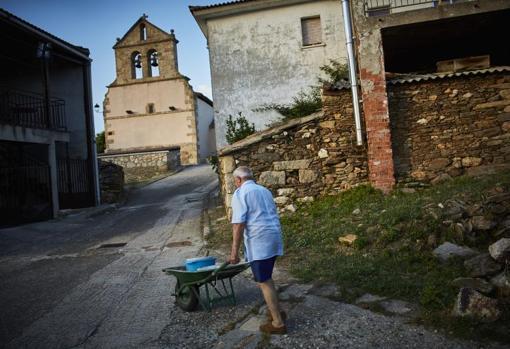 Un hombre camina por una calle deshabitada de Madarcos