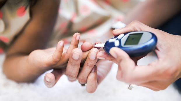 Un paciente se somete a una prueba para controlar los niveles de glucosa