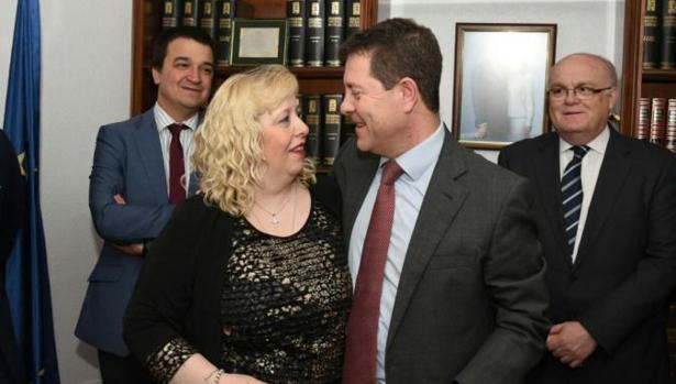 La alcaldesa socialista de Ossa de Montiel, Purificación Sánchez, con el presidente de Castilla-La Mancha, Emiliano García-Page