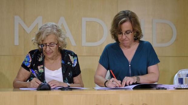 La alcaldesa de Madrid, Manuela Carmena, y la portavoz del PSOE en el Ayuntamiento, Purificación Causapié, firman el pacto
