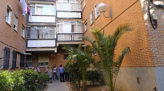Entrada del edificio donde se encontró el cuerpo de la joven, en el distrito de San Blas-Canillejas