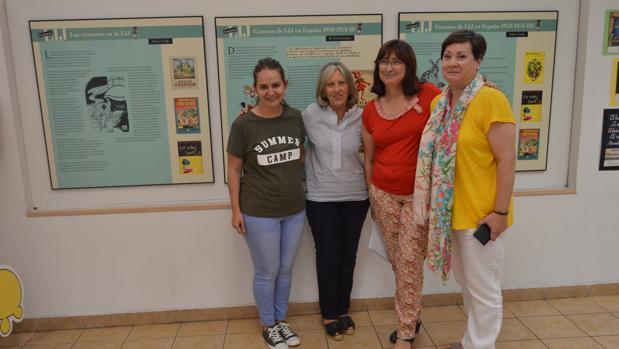 La concejal de Cultura, en el centro, presentando la exposición sobre la censura infantil y juvenil