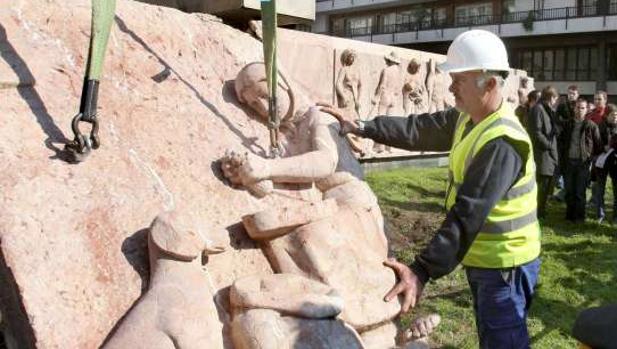 Retirada de un monumento a Jose Antonio Primo de Rivera en Barcelona