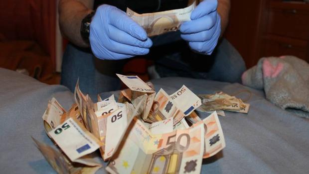 Un agente de la Guardia Civil, en el recuento de uno de los fajos de billetes intervenidos