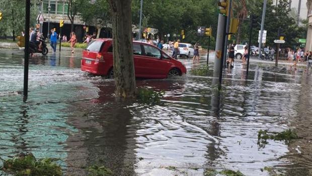 El agua cubrió amplias zonas del casco urbano. En la imagen, la céntrica Plaza Paraíso