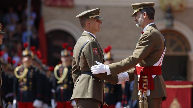 El Rey felicitando a uno de los nuevos oficiales distinguidos por su expediente académico