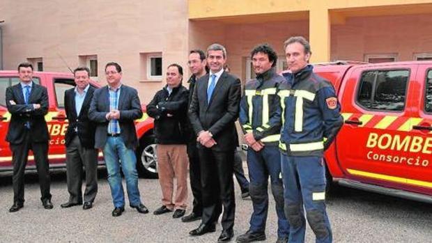 El presidente de la Diputación, Álvaro Gutiérrez (con corbata), en una entrega de vehículos