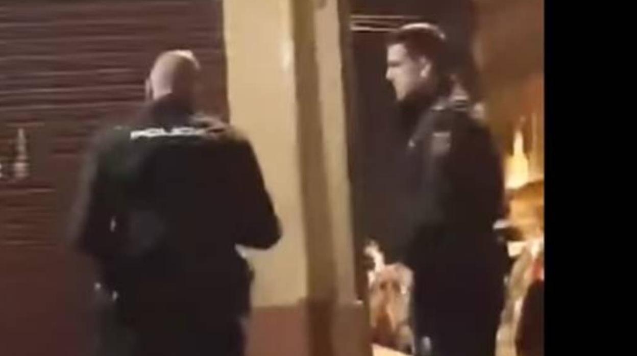 La Policía sanciona con cuatro días sin sueldo al agente grabado dando un bofetón a una mujer