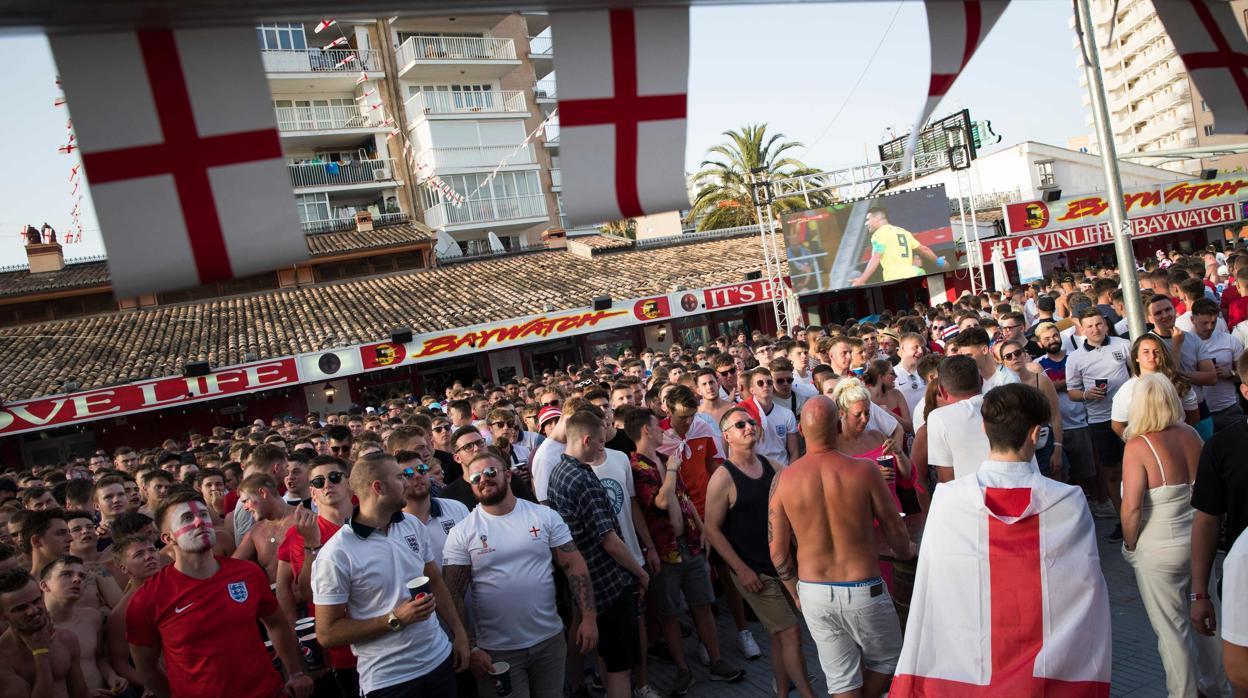 Miles de británicos toman el centro de Benidorm por el Croacia-Inglaterra