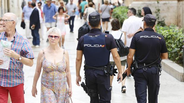 Imagen de dos agentes de la Policía en Valencia
