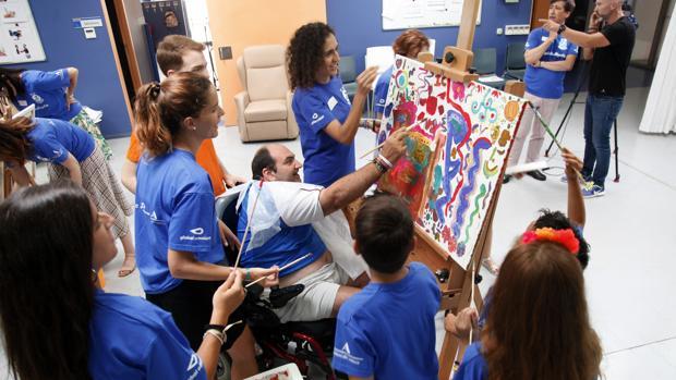 Imagen del taller de pintura al cual participaron voluntarios de Global Omnium y personas con parálisis cerebral de AVAPACE