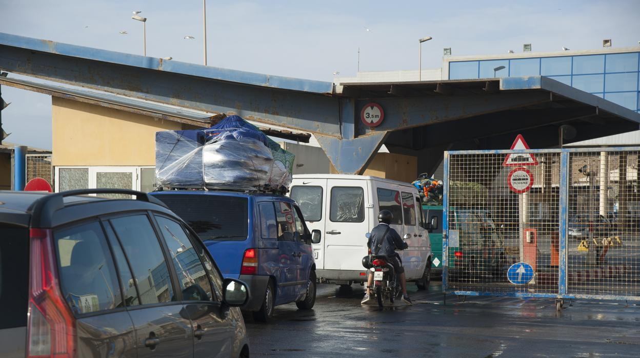 Unas 500 personas protagonizan dos avalanchas en la frontera de Ceuta con Marruecos