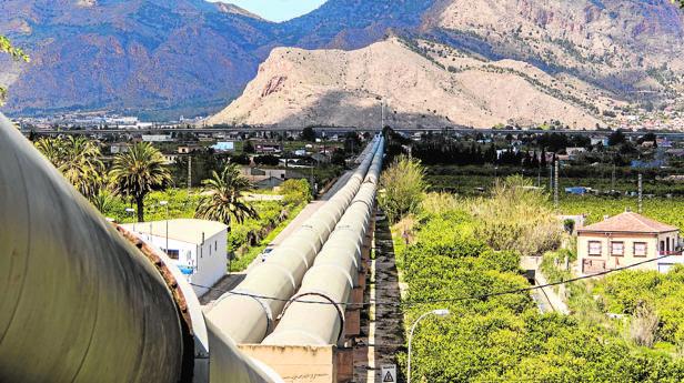 Conducciones del trasvase Tajo-Segura a su paso por la huerta de la Vega Baja cerca de Orihuela (Alicante)