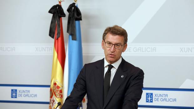 Núñez Feijóo, con corbata negra y con banderas con crespón en su comparecencia ante los medios