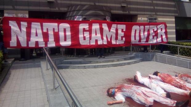 Acto de protesta en Bruselas de antimilitaristas canarios