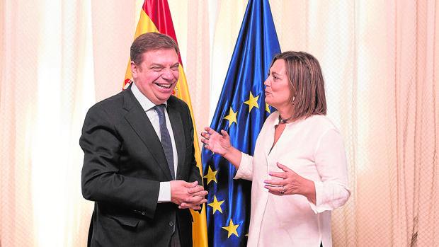 El ministro Luis Planas y la consejera Milagros Marcos, antes de comenzar el encuentro de ayer