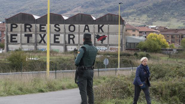 Un guardia civil controla una carretera en Alsasua