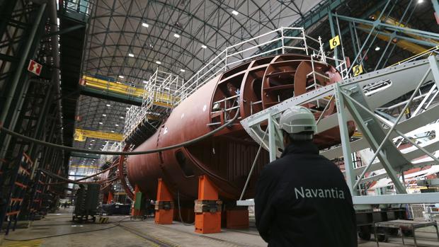 En la imagen, trabajos de construcción del nuevo submarino S-80 en el astillero Navantia