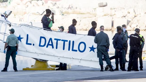 Varios inmigrantes desembarcan tras la llegada del primer barco, el Datillo, con parte de los pasajeros del Aquarius a mediados del mes pasado