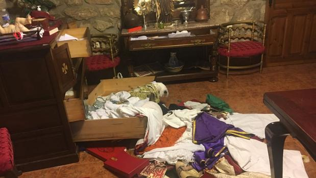 Cajones revueltos y hábitos en el suelo de la sacristía
