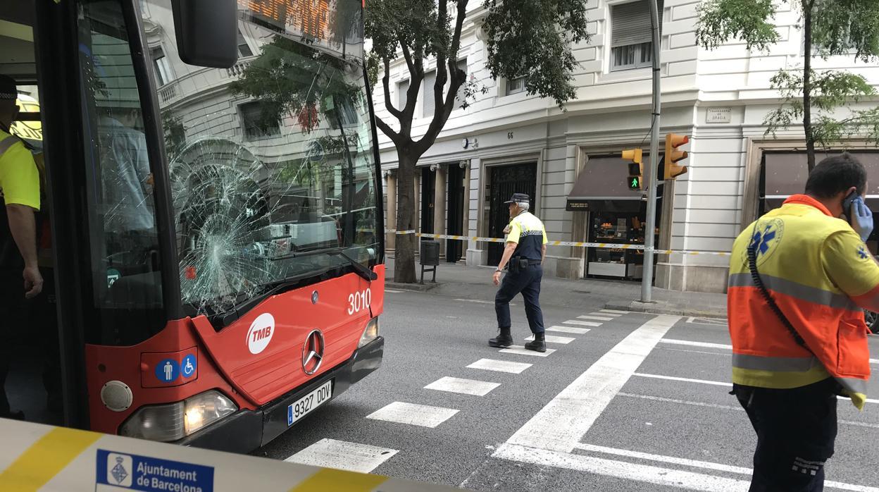 Un autobús atropella a un peatón y deja a cinco heridos en un controvertido carril bus de Barcelona