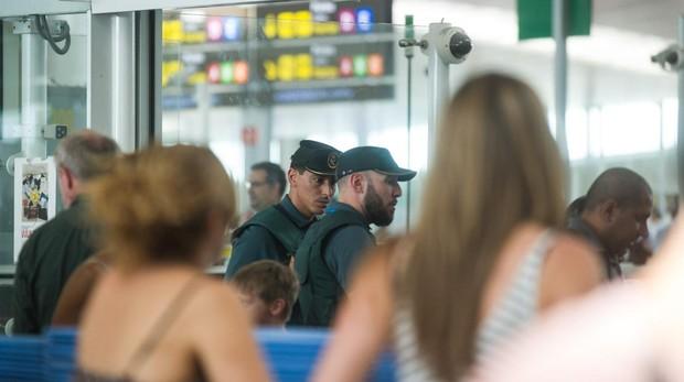 Los agentes detuvieron al presunto traficante en el control de pasajeros de aeropuerto