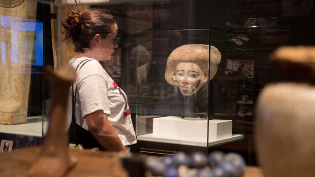 Una visitante observa una de las piezas de la exposición