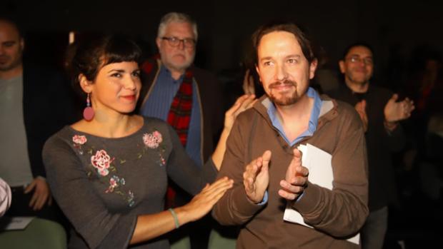 Teresa Rodríguez posa junto a Pablo Iglesias durante un acto de Podemos en Córdoba en una imagen de archivo