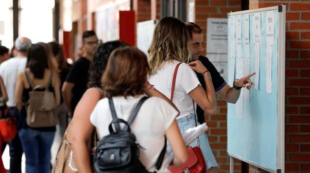 Dos aspirantes a profesor de Secundaria consultan sus notas