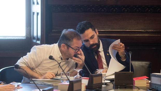 El presidente de la cámara catalana, Roger Torrent (d) y vicepresidente primero, Josep Costa (i) durante la reunión de Mesa del Parlament