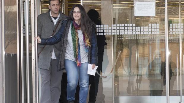 La edil de Transparencia e Innovación Social de Alcalá de Henares, Brianda Yáñez, a su salida de los juzgados junto al también concejal de Somos Jesús Abad