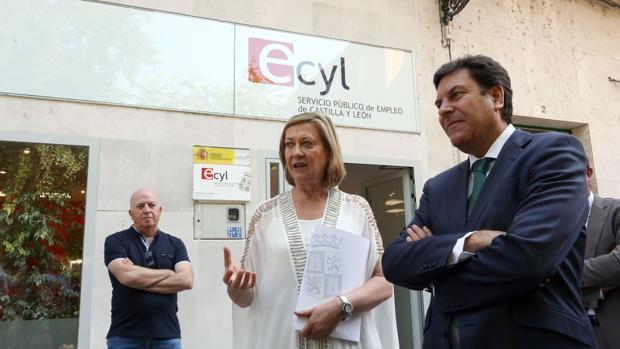 Los consejeros de Economía y Hacienda y Empleo, Pilar del Olmo y Carlos Fernández Carriedo, durante la visita a a Oficina del Servicio Público de Empleo de Peñafiel (Valladolid)