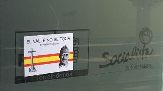 Pegatina con la imagen de apoyo a Franco en la sede socialista de Torrelodones