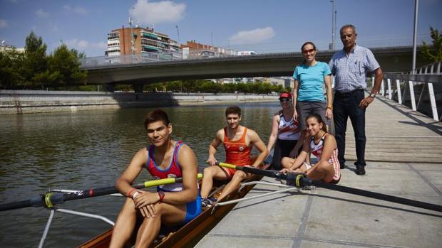 De izquierda a derecha, los remeros César Espínola , Jorge Meléndez , Cordelia Morris, Ruth Montesinos , Lorena Rodríguez (Entrenadora de remo y coordinadora de la escuela) y Pedro Arévalo (presidente de la la federación de remo de Madrid)