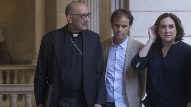 La alcaldesa con el cardenal de Barcelona, en el Ayuntamiento