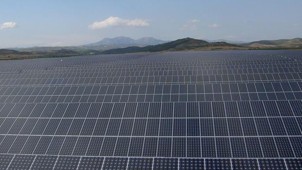 Imagen de archivo de una gran planta fotovoltaica