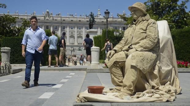 La Guardia Civil desaloja a las estatuas humanas de la plaza de Oriente
