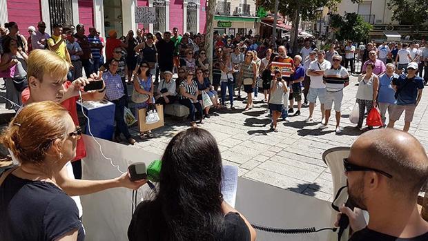 Algunos de los manifestantes que reclamaron la dimisión de Mayte Fernández