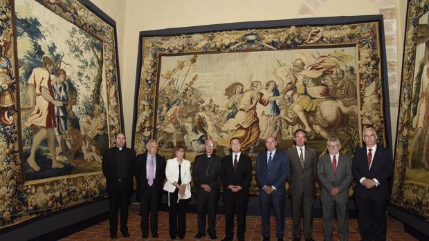 Emiliano Garía-Page, ayer en la sala Fragua del claustro de la catedral, donde permanecerán expuestos