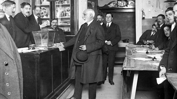 Maura, en el colegio electoral durante los comicios de 1899